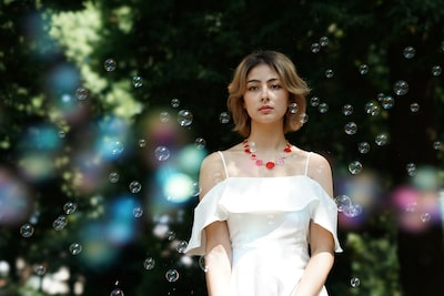 Story_Sony_A7RM2_SEL100F28GM_Lady_standing_with_bubbles