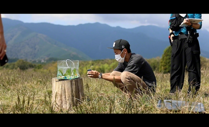 Kanji Suto filming a fishtank outdoors with the Xperia 5 II