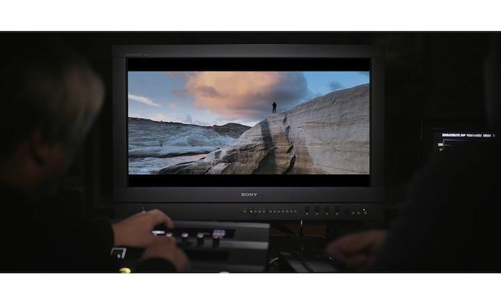 Profesjonalny monitor pokazujący remasterowaną scenę filmową